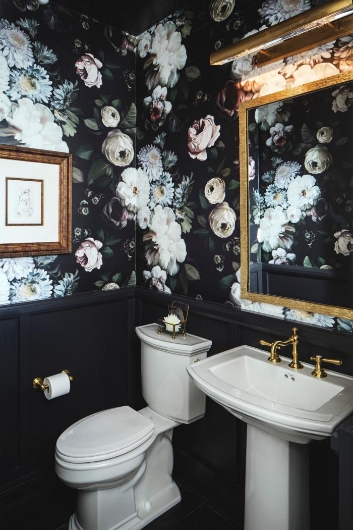modèle de papier peint imperméable noir aux motifs fleurs, déco petite salle de bain noire avec équipement blanc