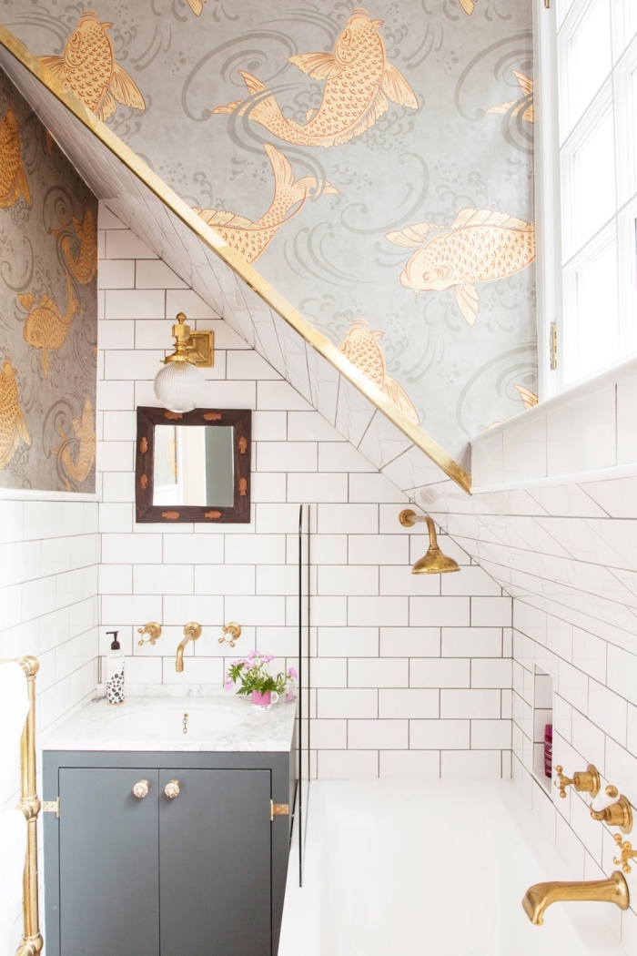 aménagement sous comble salle de bain aux murs en carreaux blancs avec décoration en papier peint imperméable
