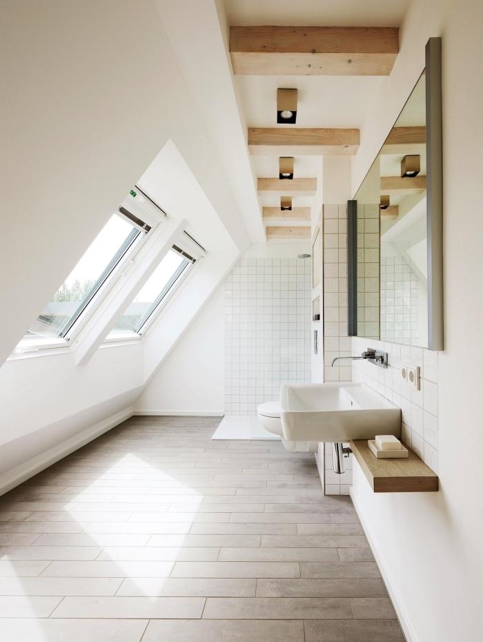 une salle de bains mansardée baignée de lumières grâce aux fenêtres de toit, une salle de bains au design épuré avec douce italienne