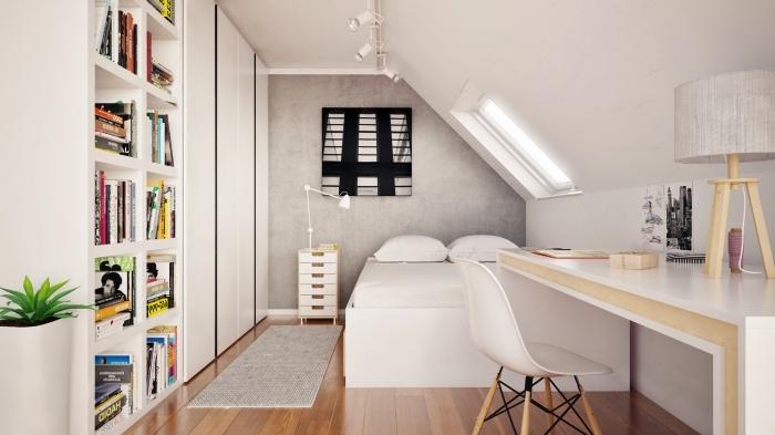 aménagement sous pente d'une chambre à coucher blanche équipée d'espace bureau et de bibliothèque encastrée dans le mur