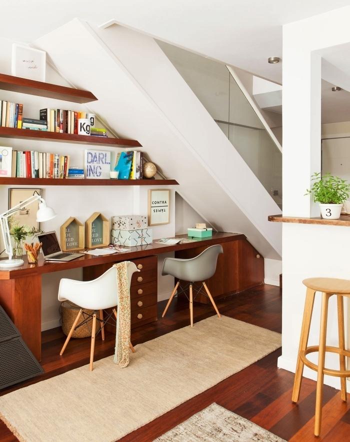 optimiser l'espace sous escalier en y installant un coin bureau et des étagères murales ouvertes