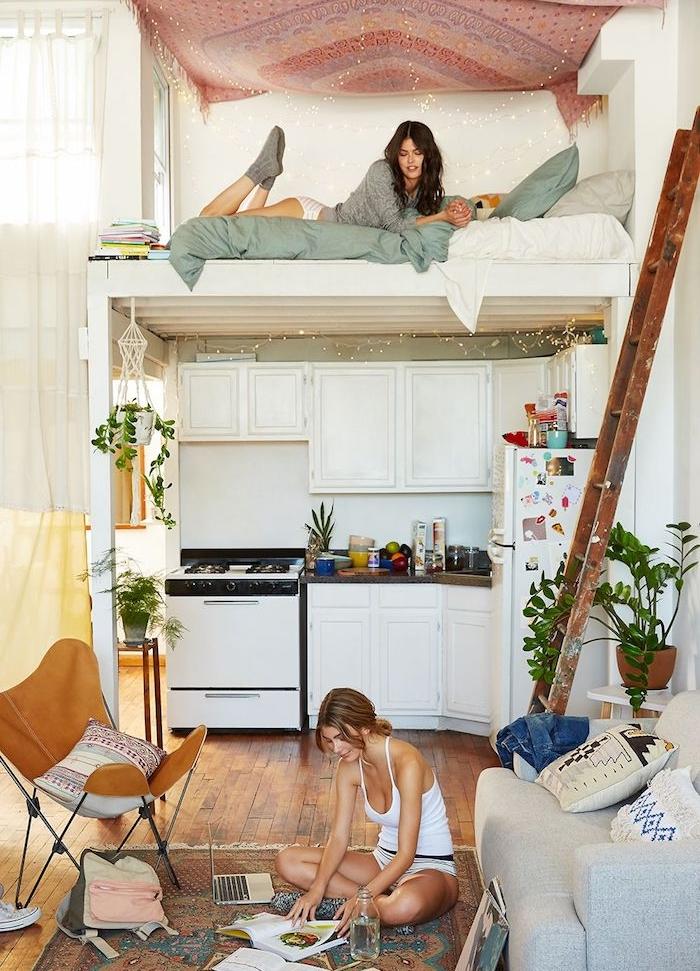 aménager un studio, deco boheme chic d apaprtement cocooning avec mezzanine au dessus d une cuisine blanche, voile hippie ciel de lit, coin salon cocooning