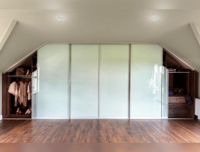idée pour aménager un dressing sous combles avec un placard à porte coulissante sous pente