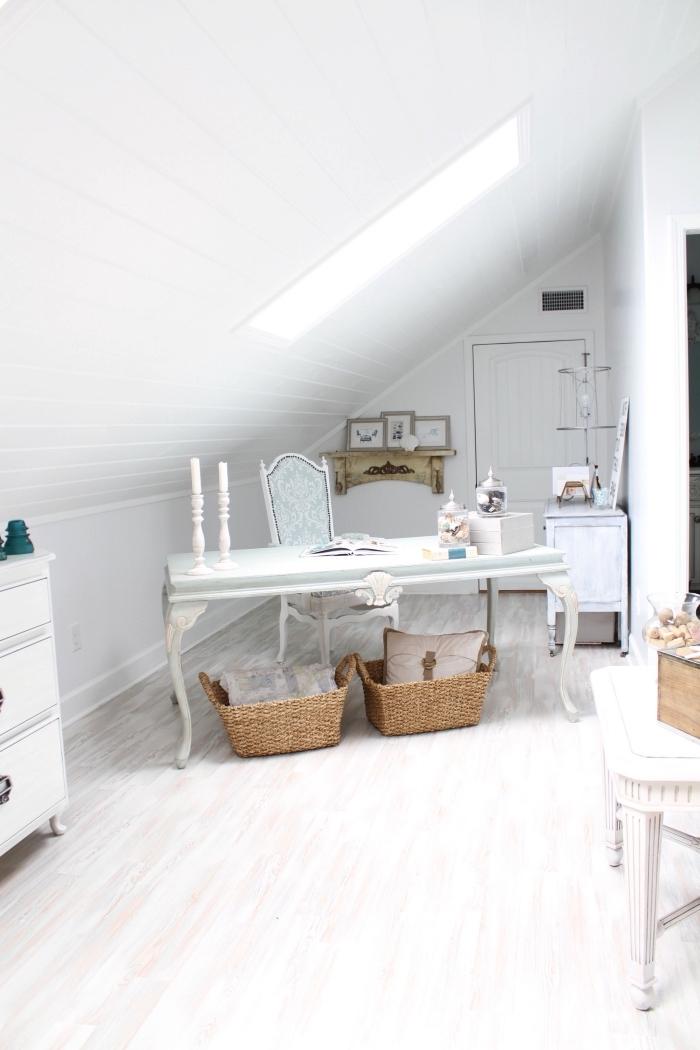 idée pour aménager une chambre sous pente de style shabby chic en petit atelier créatif