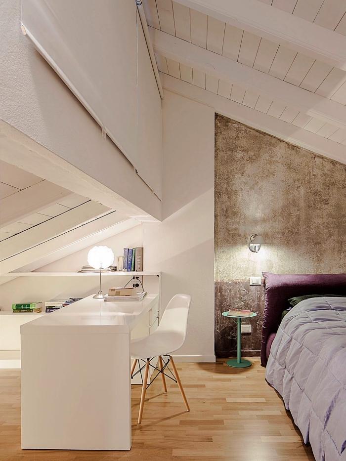 une chambre parentale mansardée avec etagere sous pente et espace bureau dans la partie la plus basse et