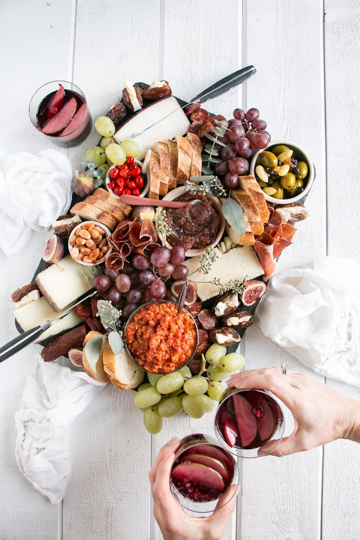 Idée de repas d'anniversaire, apero dinatoire pour 20 personnes avec differents fromages, raisins, olives et noix
