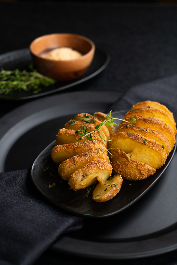apéritif léger végétarien facile a faire, pommes de terre roties au four avec parmesan et du thym frais
