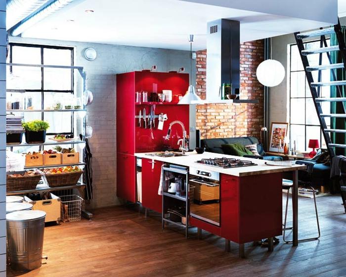 amenager une petite cuisine loft, mezzanine avec escalier, meuble de cuisine bricot depot, mur en briques blanches