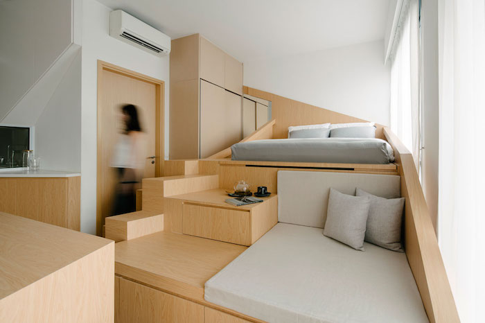 décoration appartement tout petit avec lit et coin repos sur meuble bois en hauteur, architecture contemporaine design intérieur