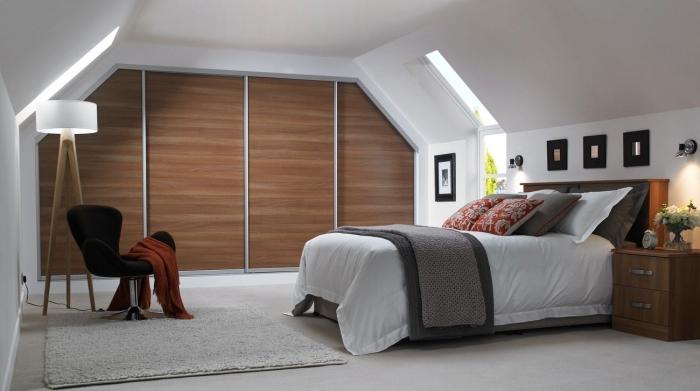 une armoire à porte coulissante sous pente pour optimiser au mieux l'espace sous combles de la chambre parentale