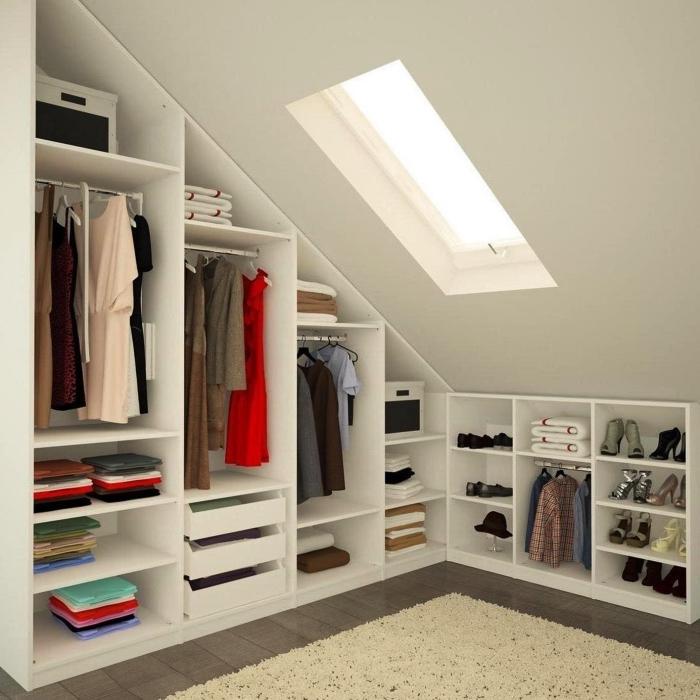 l'aménagement fonctionnel d'une pièce dressing sous comble avec des meubles sur mesure, dressing ouvert avec tringles et étagères