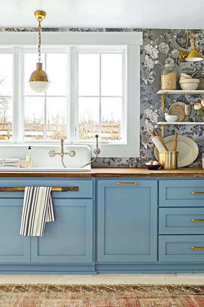 modèle meuble de cuisine bas en bleu, éclairage pour cuisine avec lampe suspendue en blanc et or, idée crédence en papier peint résistant