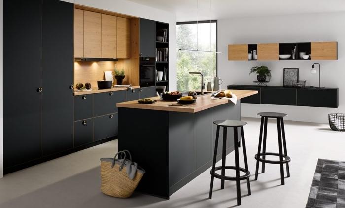 décoration cuisine moderne en blanc et noir avec meubles bois, aménagement cuisine avec îlot bimatière en comptoir bois et noir mate