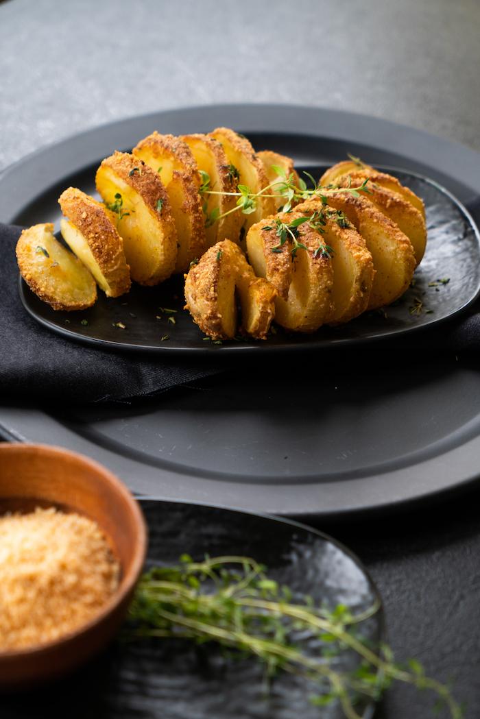 photo pomme de terre au four style hasselback recette vegetarienne facile pour l apero dinatoire