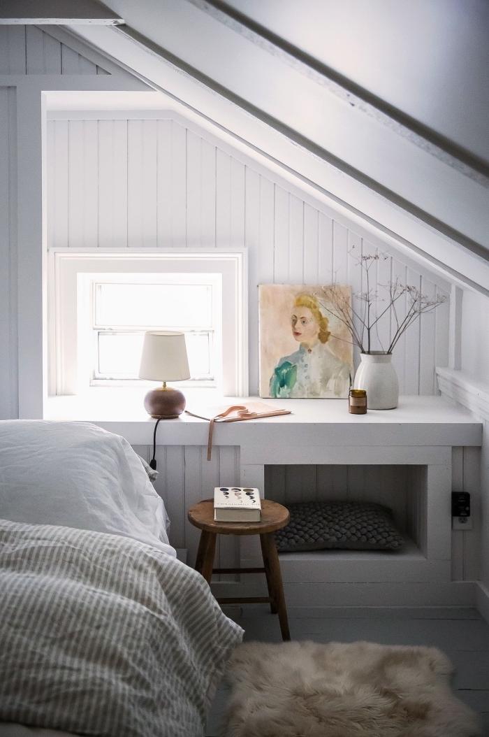placard sous pente aménagé derrière le lit qui sert aussi de table de chevet, astuces de rangement pour optimiser l'espace en sous-pente