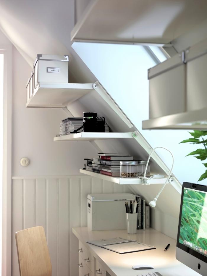 une etagere sous pente modulable de chez ikea pour optimiser l'espace sous combles et aménager un espace bureau fonctionnel