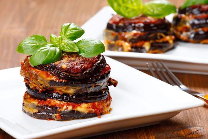 recette de saison avec des aubergine avec de la sauce de tomate et parmesan, menu vegetarien facile pour diner