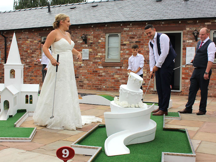 Robe longue blanche, robe de mariée bustier, jouer à miniature golf pour son mariage, gateau de mariage golf