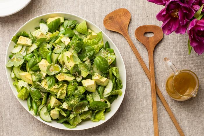 laitue verte, avocat, recettes salades, grandes cuillères en bois, vinaigrette salade