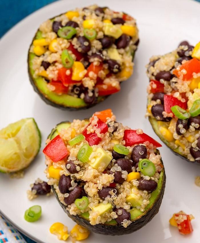 avocat farci de quinoa, haricots noirs, poivrons, échalotes et mais, menu vegetarien recette facile et fraiche