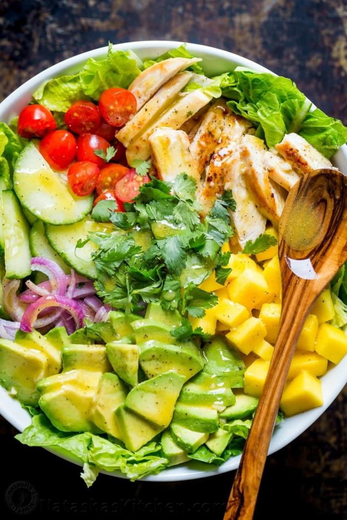 mangue, avocat, tomates cerises, toffu, persil, poulet, concombres, idee salade composée