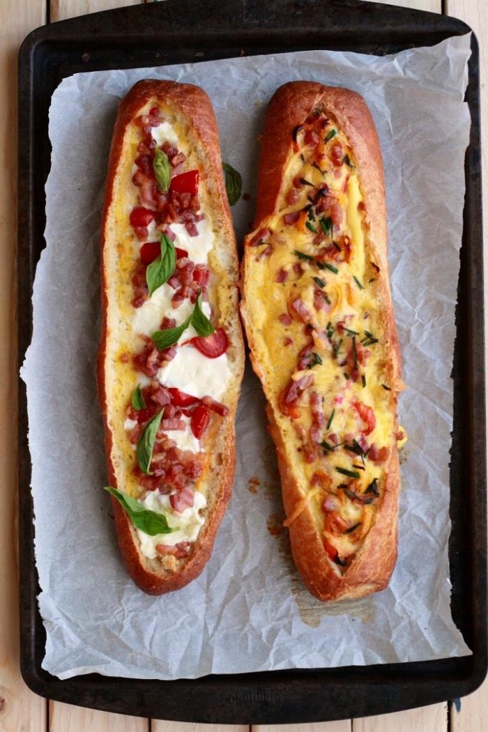 des baguettes farcies d'un mélange d'oeufs, de fromage et de tomates, idée repas rapide et facile pour le soir