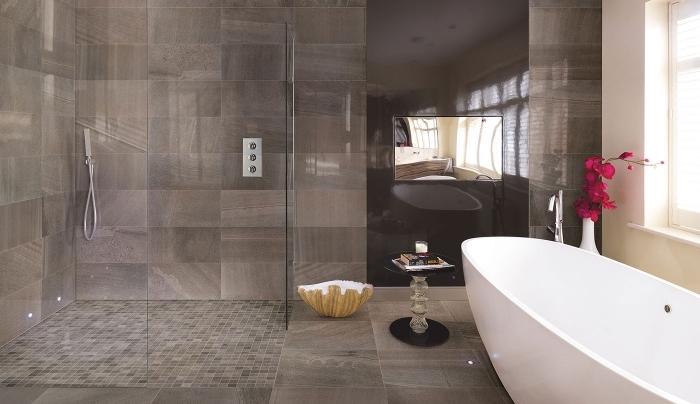 modèle carreaux salle de bain à effet pierre ou bois, mosaïque salle de bain nuances terreuses, salle de bain avec douche et baignoire