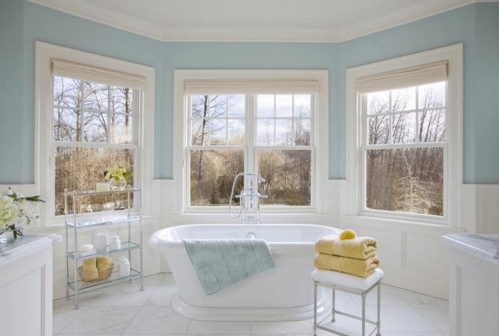 quelle peinture pour salle de bain, déco pièce humide en bleu pastel et blanc, carreaux de plancher effet marbre