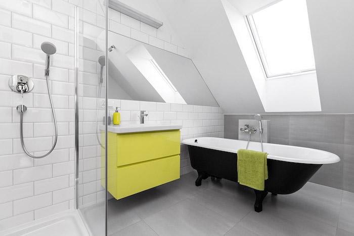 douche et baignoire noire dans une salle de bain tout en blanc avec meuble sdb jaune et murs blancs