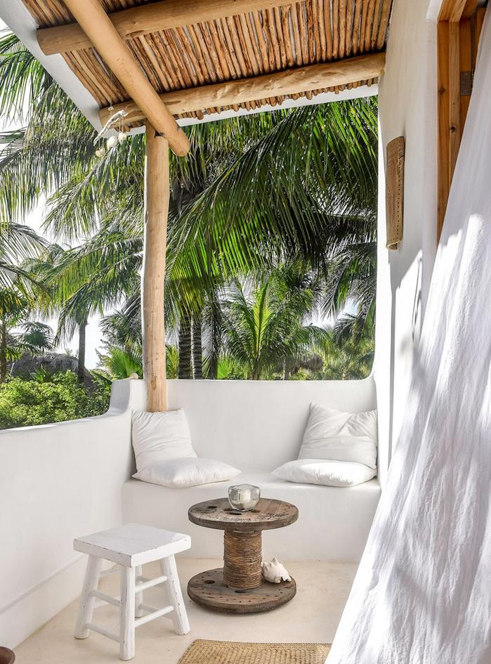 comment décorer un balcon méditerranéen avec un banc blanc, coussins blanc et table basse touret, pergola balcon terrasse en bois