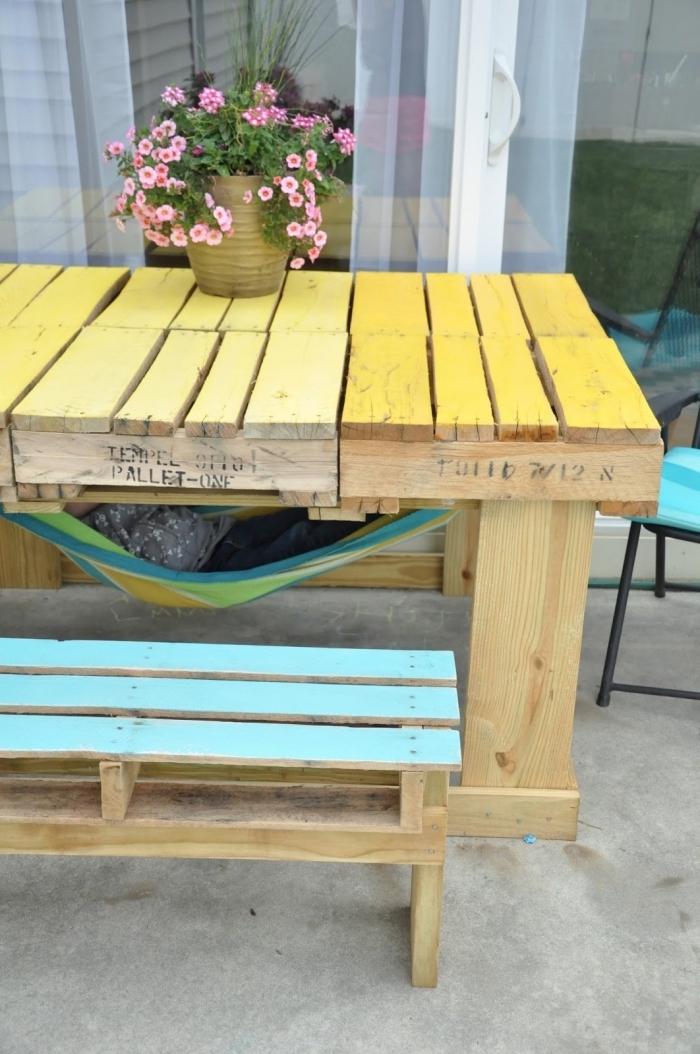 projet relooking meuble en bois facile, modèle de table en palette peinte en jaune avec banc DIY en bois turquoise