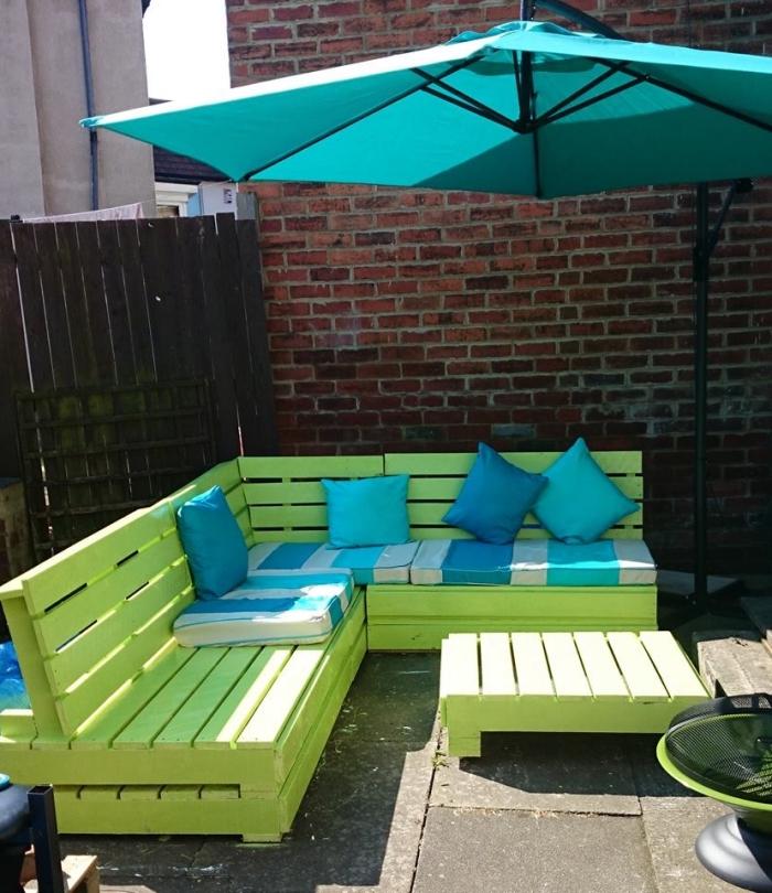 décoration arrière-cour avec mobilier DIY, fabrication de meubles jardin en palettes, relooking mobilier avec peinture
