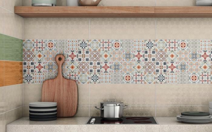 crédence imitation carreaux de ciment patchwork posé en combinaison avec des carreaux de ciments unis en couleur beige