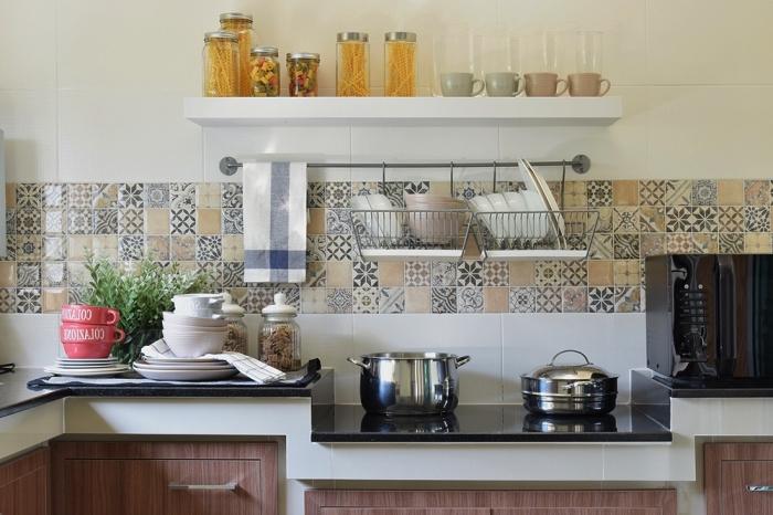 une bande de stickers imitation carreaux de ciment, credence carreau ciment patchwork en nuances de gris clair et de beige facile à adopter dans les cuisines de style différent