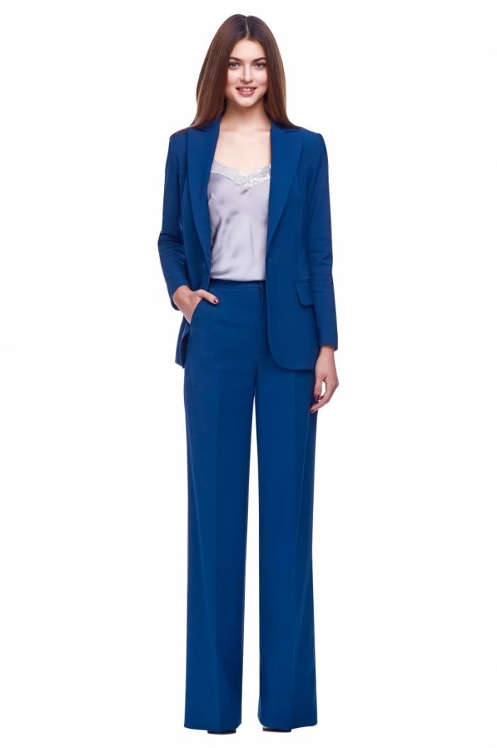 exemple de tailleur pour femme de couleur bleu foncé, modèle de pantalon taille haute avec poche à design fluide