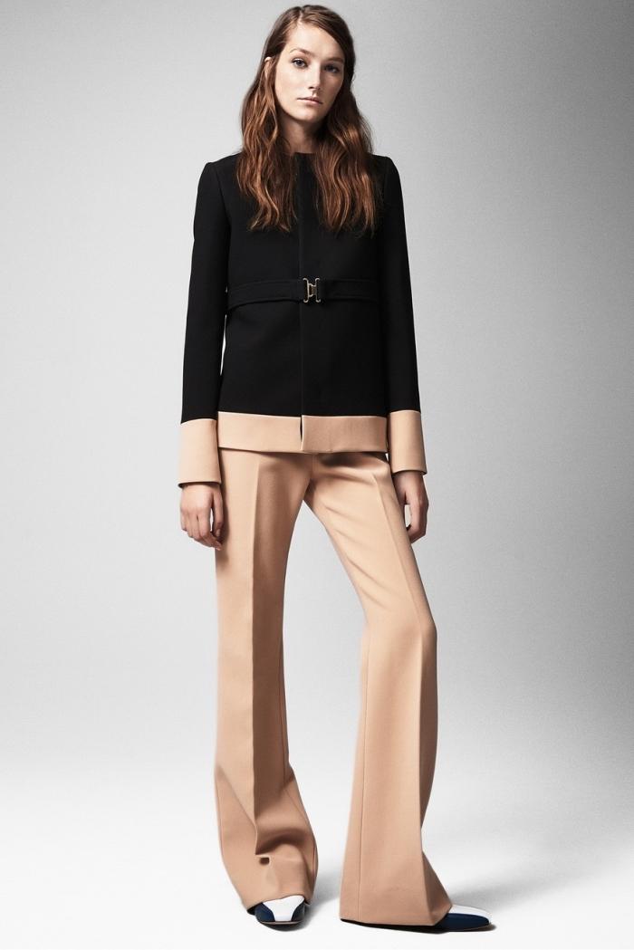 ensemble tailleur femme chic, modèle de pantalon fluide de couleur beige pour femme, exemple blazer bicolore en beige et noir