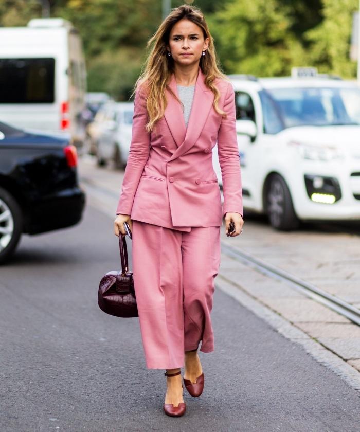 idée comment bien s'habiller femme, exemple de tailleur pantalon femme chic pour marriage en rose avec blouse grise