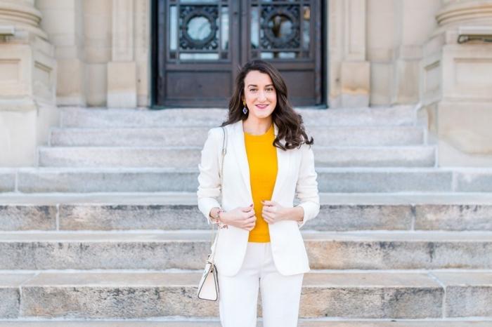 comment s'habiller pour baptême femme, idée costume pantalon et blazer blancs avec blouse jaune et sac à main blanc