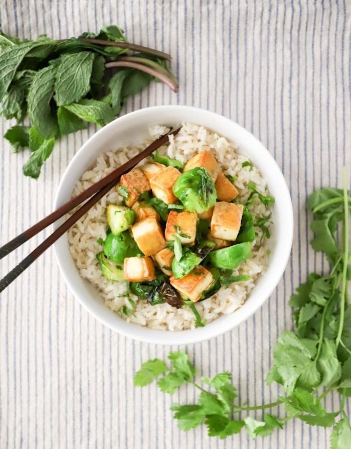 repas cuisine japonaise, bol au riz, chou de bruxelles et tofu, idée recette soir facile sans viande