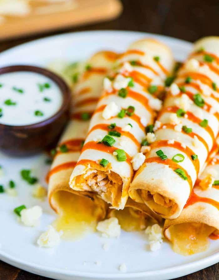 Simple idee diner, idée repas anniversaire, comment preparer un apero, crepes minaures salés avec un sauce yaourt
