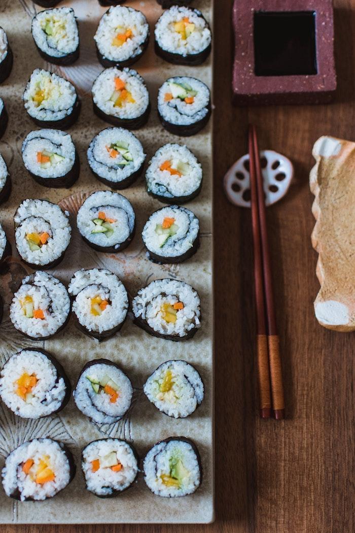 Sushi entrée simple et raffinée, idée repas anniversaire, petites amuses bouches ou plat principal