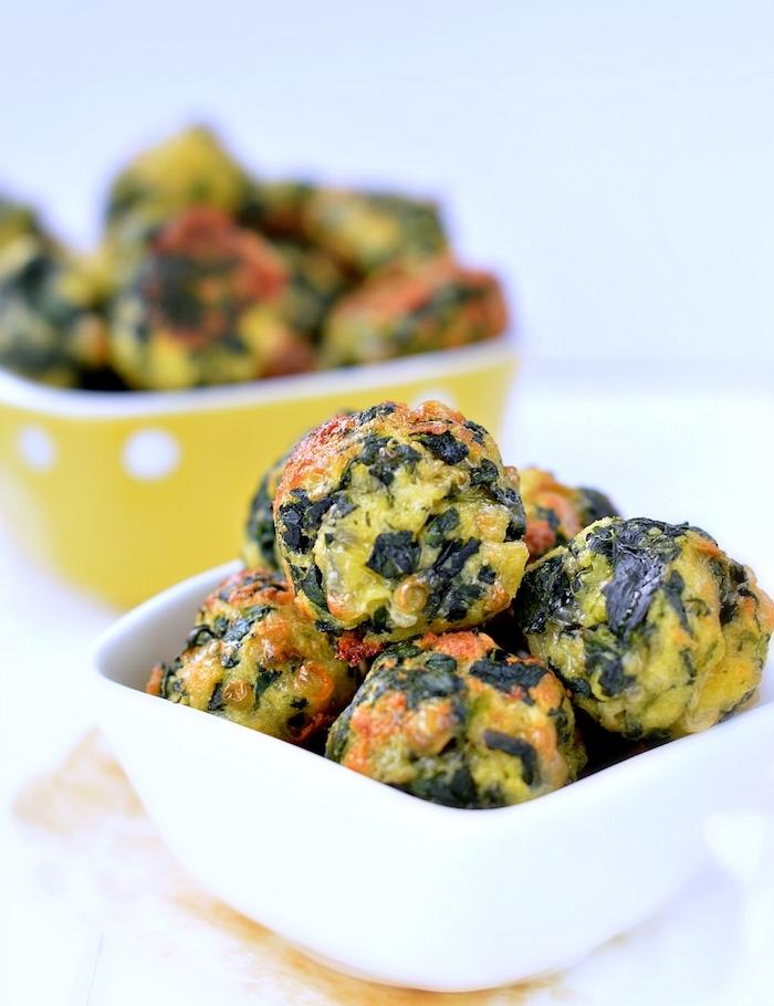 boules végétariennes aux épinards et fromages avec de la sauce marinara, idée d apéro végétarien facile et rapide