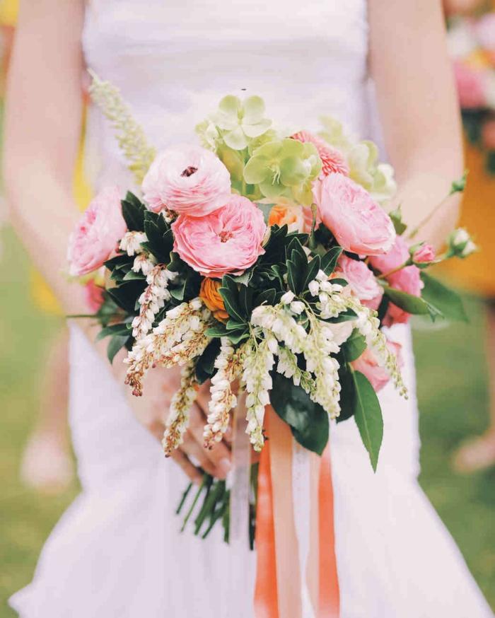 bouquet champêtre, pivoines roses, feuilles de laurier, feuilles vertes ornementales, ruban rose