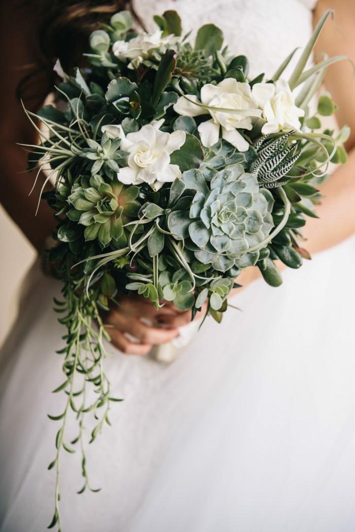 bouquet de succulentes, fleurs blanches, cactées, plantes grasses en arrangement floral de mariage
