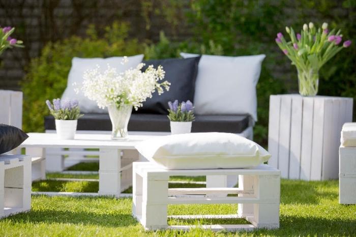 exemple de salon jardin palette, aménagement courre-arrière avec table basse et bancs en bois repeint en blanc