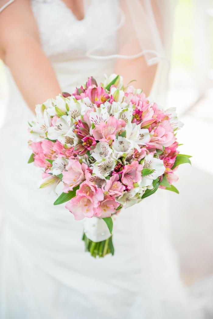 bouquet de mariée, orchidées roses et blanches, robe de mariée avec voile, composition florale moderne
