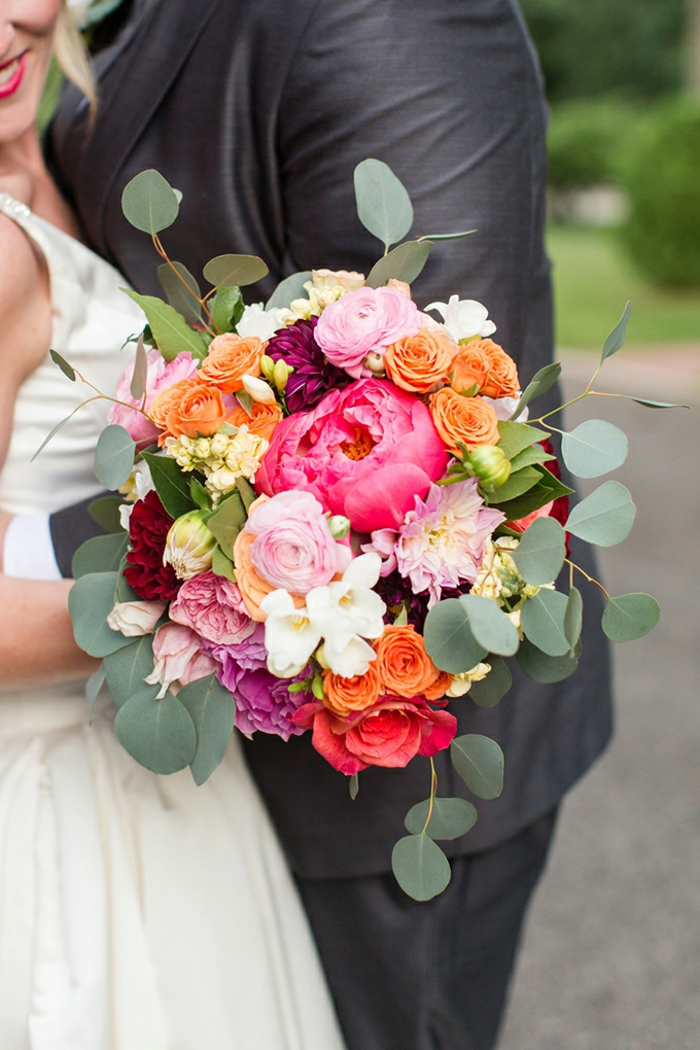 bouquet marié champêtre, fleurs des champs, pivoines, roses et verdure, dahlias couleur fuchsia