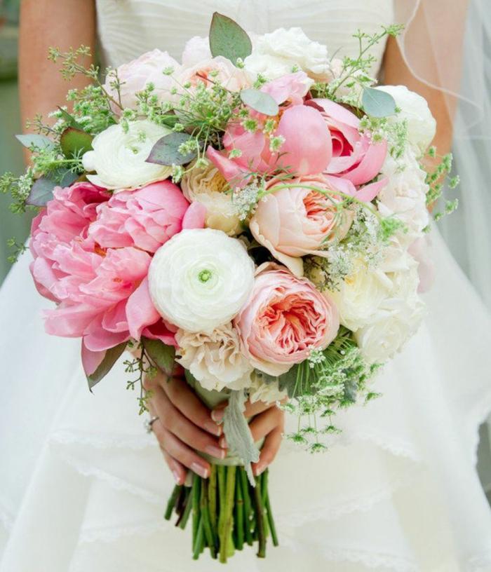 composition florale de mariage, pivoines blancs et roses, feuillages et feuilles vertes, bouquet rond