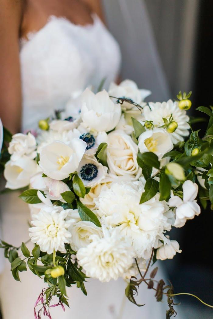 pavots blancs et roses crème, feuilles vertes assemblés en jolie bouquet mariage, robe bustier