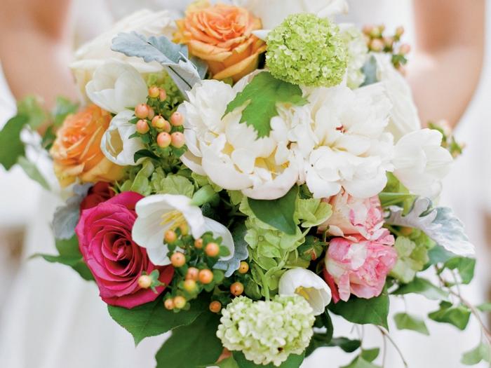 bouquet de mariée coloré avec pivoines et roses, baies jaunes, feuillage vert
